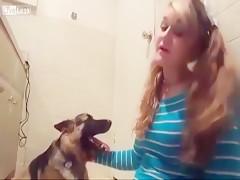 Joven oriental recibiendo a su perro caliente