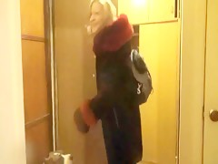 Japonesita follandose al cachorro