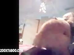 Pone el culo para que lo folle su caballo