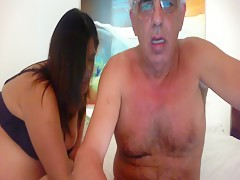 Se masturba con el rabo del caballo