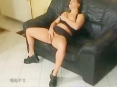 Comiéndole la vagina a la perra