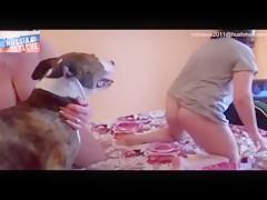 Jovencita enmascarada ama al can