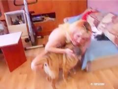 Cachorro empurrando forte